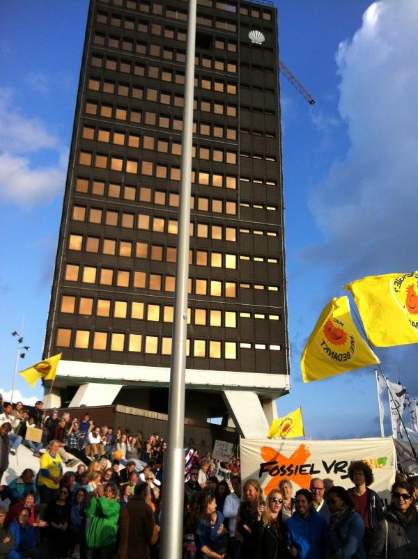 Climate Marche 2014 Amsterdam aan de voet van ontmanteld Shell building