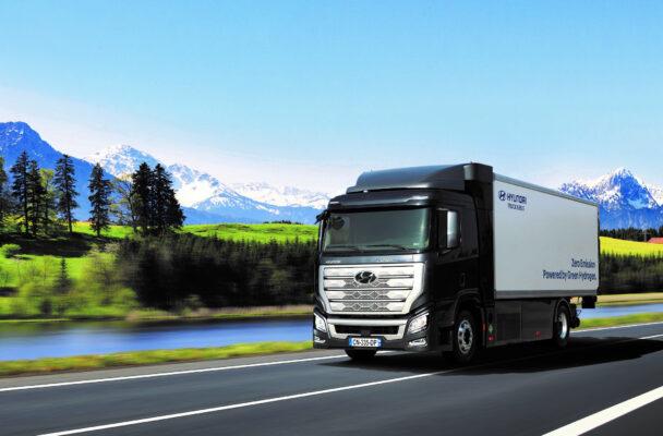 Waterstofvrachtwagen geeft zero-uitstoot en minder herrie. De eerste tien brandstofcel waterstofvrachtwagens, de Hyundai H2 Xcient worden binnenkort afgeleverd voor een pilot in Zwitserland..